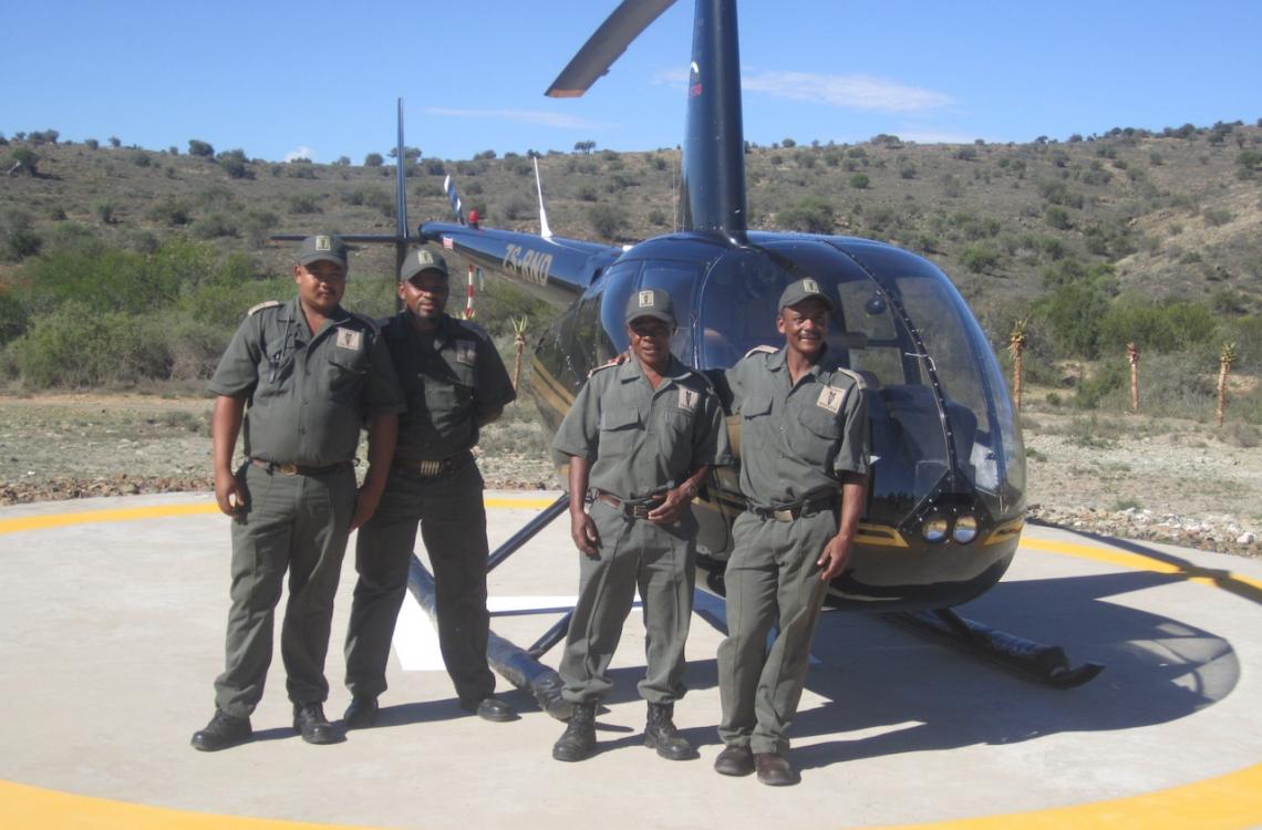 Medarbejdere hjælper til ved helikopterflyvning